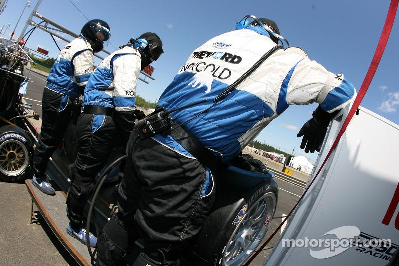 L'équipe Dyson Racing prête pour un arrêt au stand