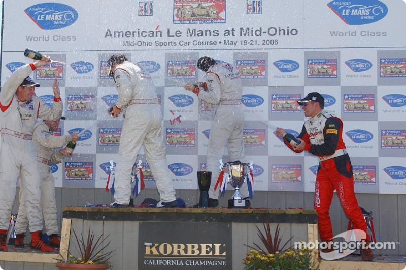 Podium LMGT2: les vainqueurs Johannes van Overbeek et Wolf Henzler, les deuxièmes Scott Maxwell et David Brabham, les troisièmes Darren Law et Seth Neiman