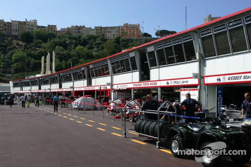 L'équipe range son garage dans la ligne des stands de Monaco