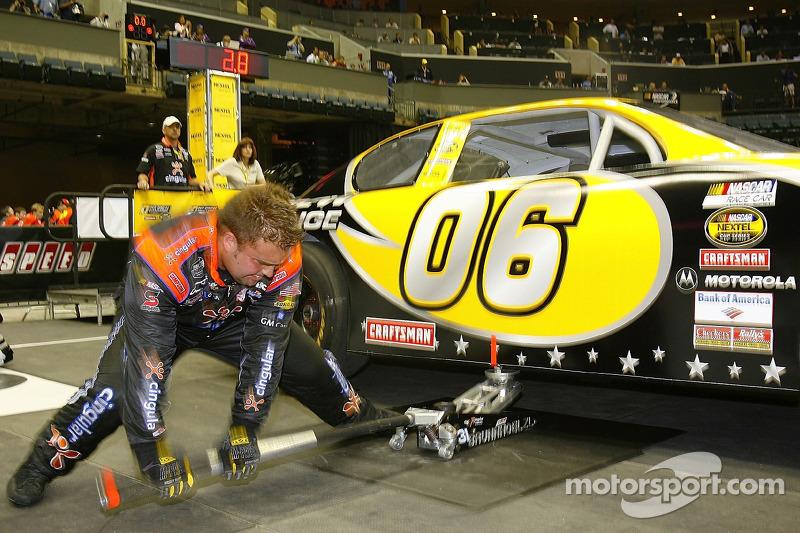 Un membre de l'équipe Cingular Chevrolet durant la NASCAR Nextel Pit Crew Challenge