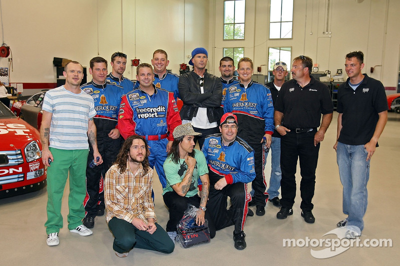 The Red Hot Chili Peppers pose avec l'équipe dans le garage Rousch Racing