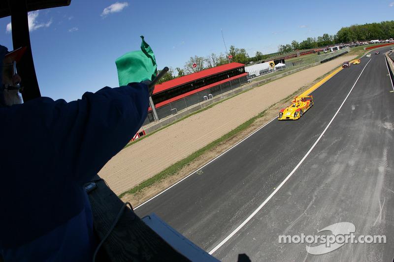 #7 Penske Motorsports Porsche RS Spyder: Timo Bernhard, Romain Dumas takes the green on a late restart
