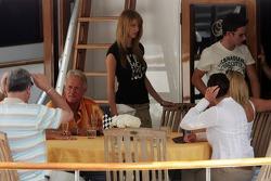 La famille Button sur un yacht dans le port de Monaco