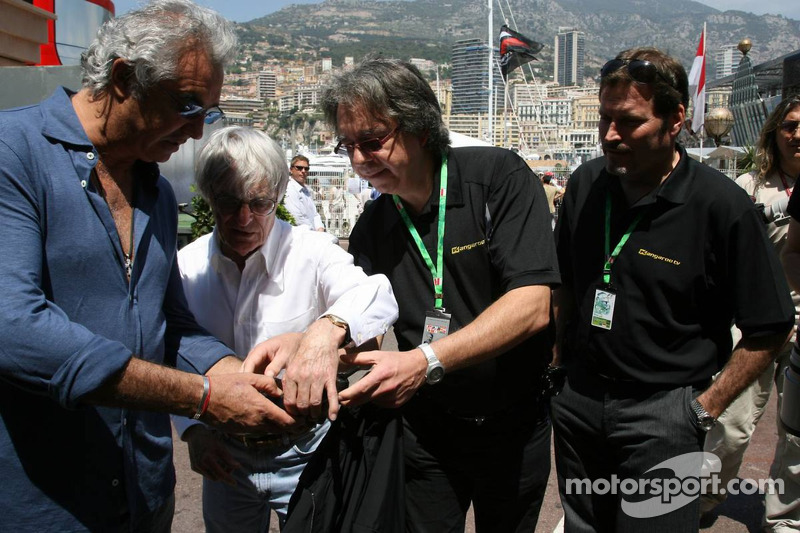 Kangaroo TV est présentée à Bernie Ecclestone et Flavio Briatore par Marc Arseneau