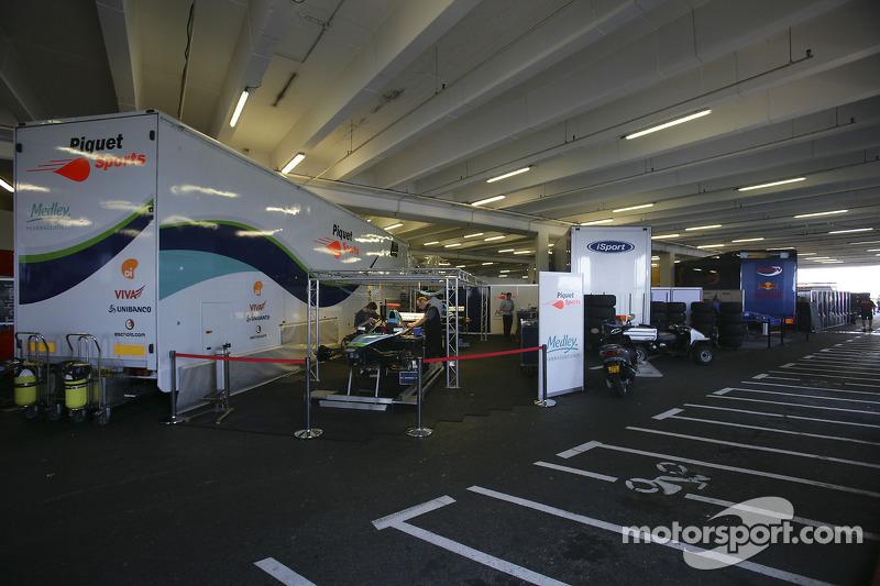 Les camions de la GP2 Series dans le park des voitures