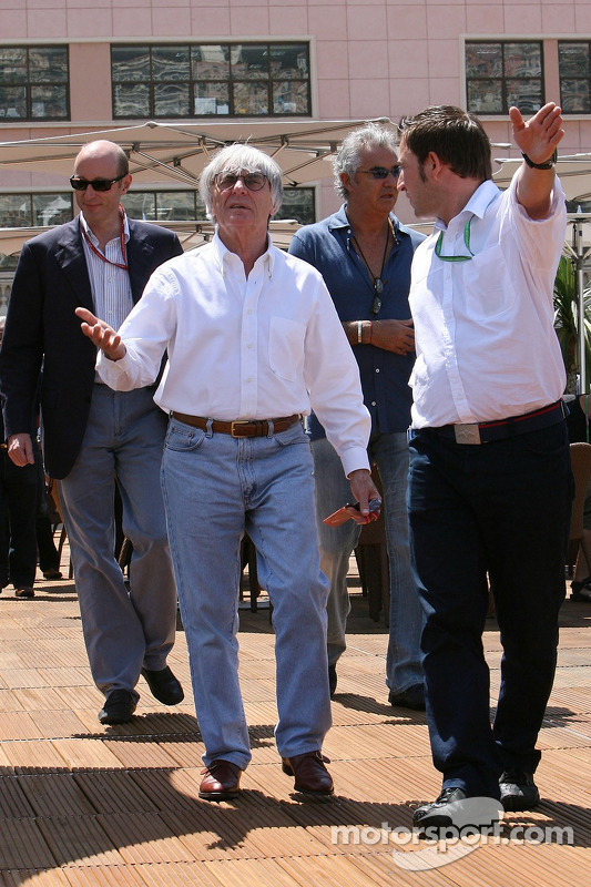 Bernie Ecclestone et le team principal Flavio Briatore visitant le Energy Station