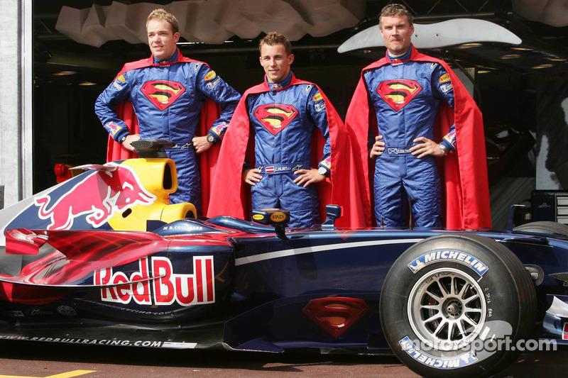 """Em Mônaco, 2006, a Red Bull dedicou todo o fim de semana ao filme """"Superman"""". Robert Doornbos, Christian Klien e David Coulthard posaram para fotos antes da corrida"""