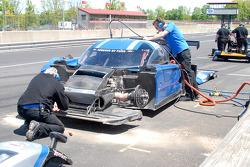 #5 Essex Racing nettoie la voiture après la sortie de piste de Michael Valiante