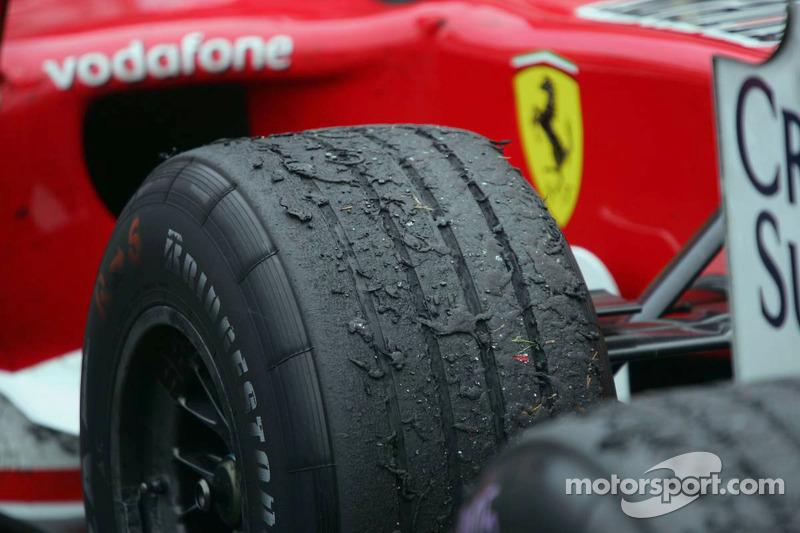 Primer plano del neumático de Schumacher