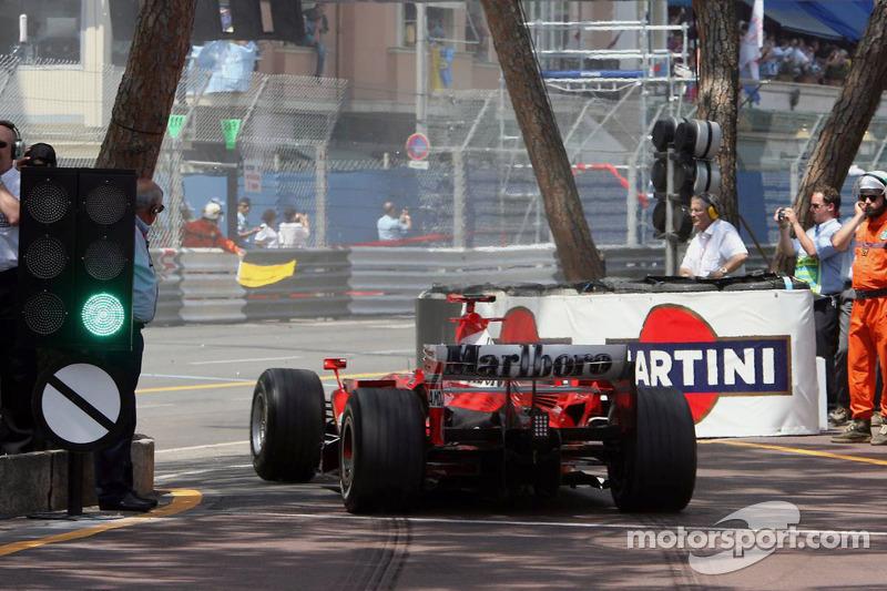 Inicio: Michael Schumacher sale de pits