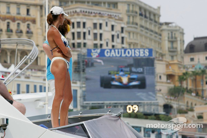 Una encantadora señora mira a Fernando Alonso