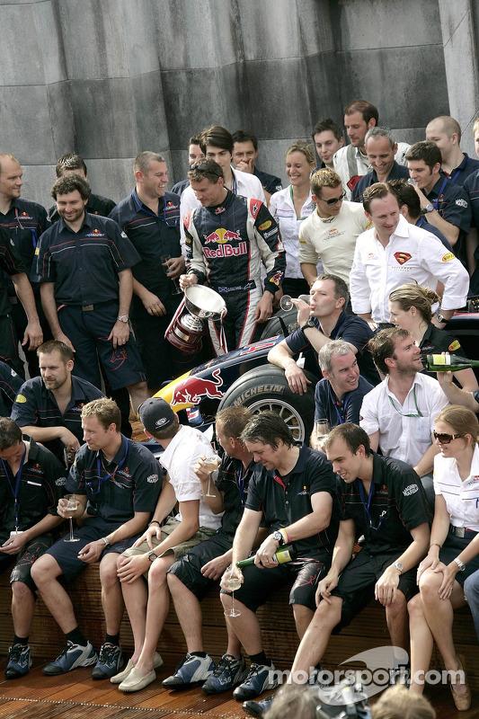 Brandon Routh et David Coulthard avec le trophée et l'équipe Red Bull Racing