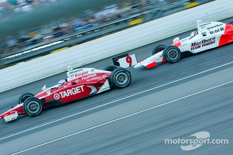 Sam Hornish Jr pourchasse Scott Dixon
