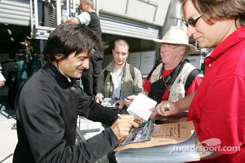 Stéphane Ortelli signe des autographes