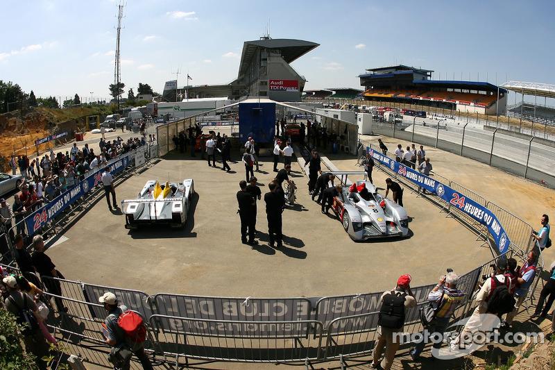 Les voitures Audi Sport Team Joest Audi R10 à l'inspection