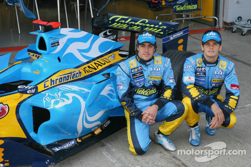 Fernando Alonso y Giancarlo Fisichella posan con el nueva imagen diseñado por el estudio taiwanés DE
