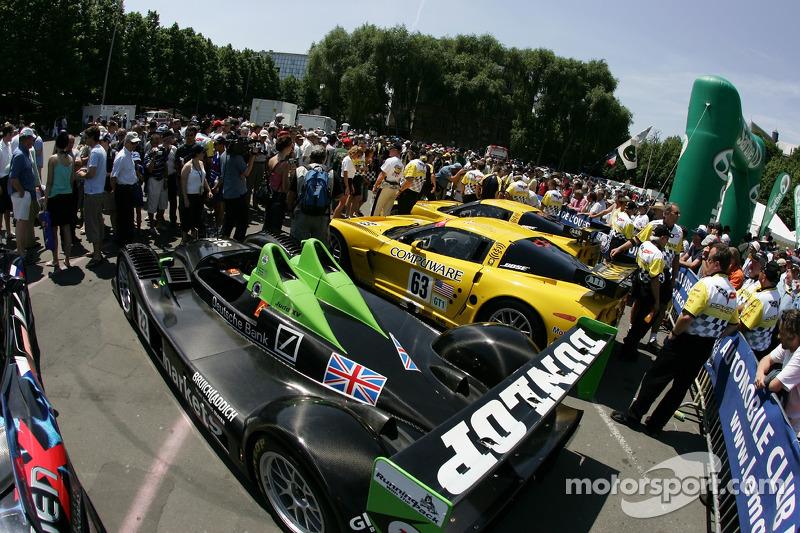 Des fans regardent la voiture à l'inspection