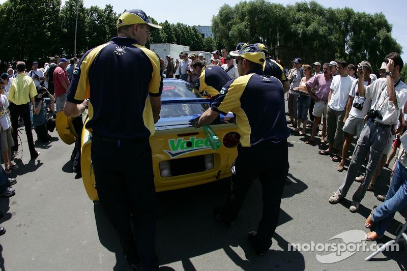 L'équipe Luc Alphand Aventures pousse la Corvette C5-R à l'inspection