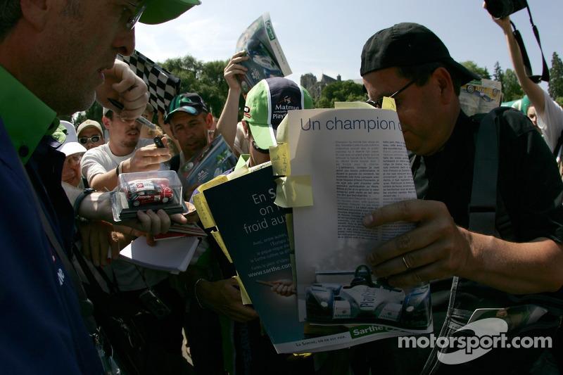 Sébastien Loeb arrive à l'inspection technique