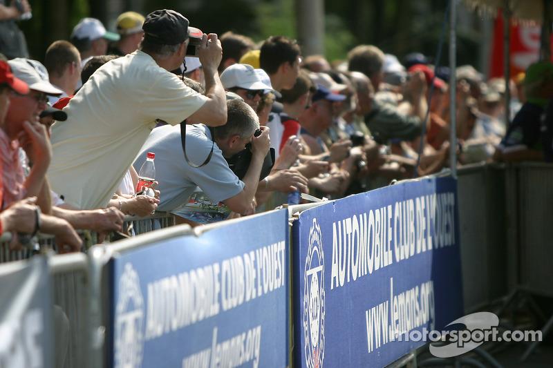 Des fans regardent l'inspection technique