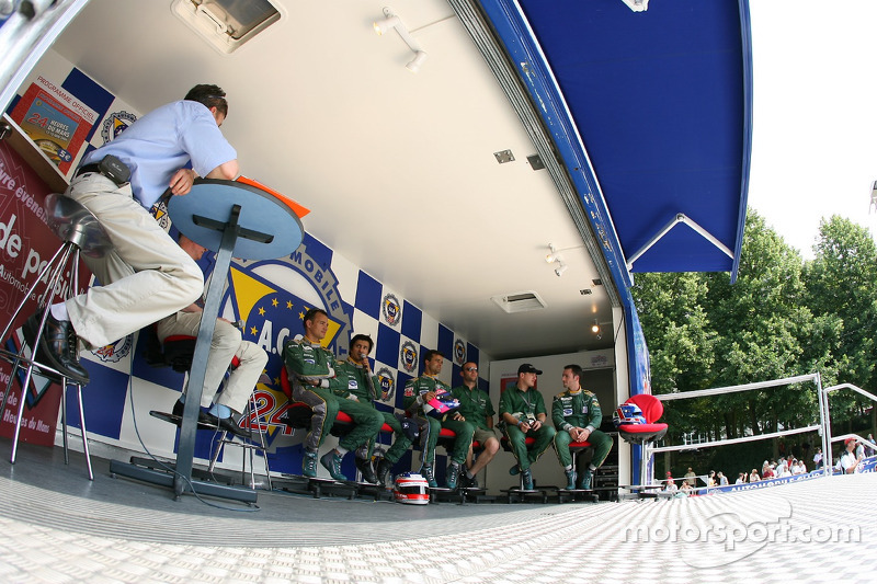Les pilotes Aston Martin Racing donnent une interview