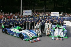 Emmanuel Collard, Erik Comas, Nicolas Minassian, Eric Hélary, Franck Montagny, Sébastien Loeb, et l'équipe Pescarolo Sport Pescarolo posent avec la Pescarolo Sport Pescarolo C60 Judd