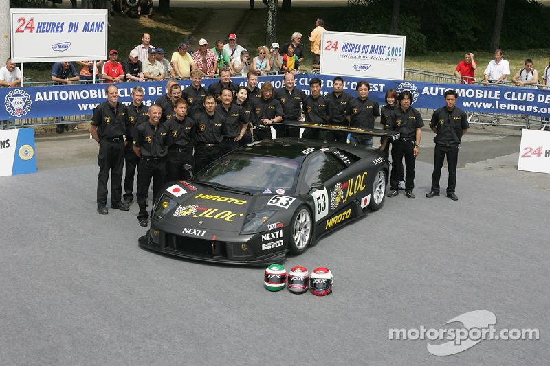 Marco Apicella, Koji Yamanishi, Yasutaka Hinoi, et l'équipe Jloc Isao Noritake avec la Jloc Isao Noritake Lamborghini Murcielago