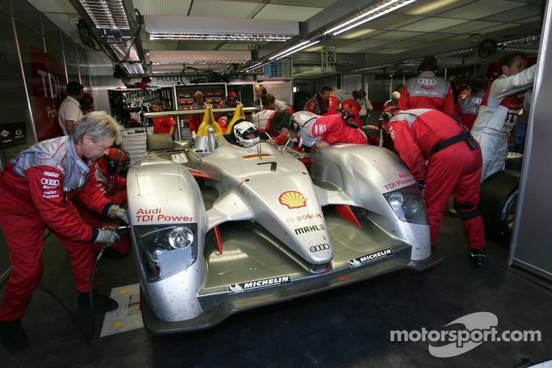 #7 Audi Sport Team Joest Audi R10 a des ennuis: Allan McNish s'asseoit dans sa voiture