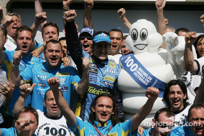 Fernando Alonso avec l'équipe Michelin fête la 100e victoire en Grand Prix