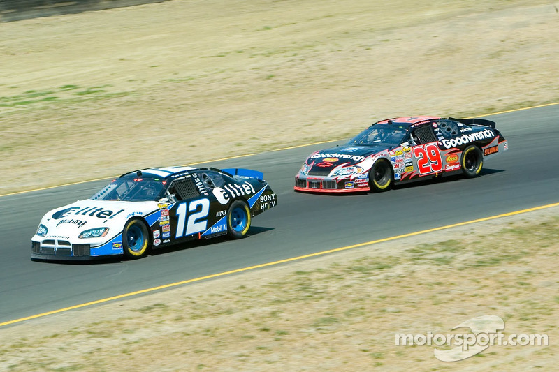 Kevin Harvick pourchassant Ryan Newman