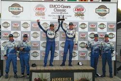 Podium GT : les grands vainqueurs Robin Liddell et Wolf Henzler, avec en seconde place Paul Edwards et Kelly Collins, et en troisième place Marc Bunting, Andy Lally et RJ Valentine
