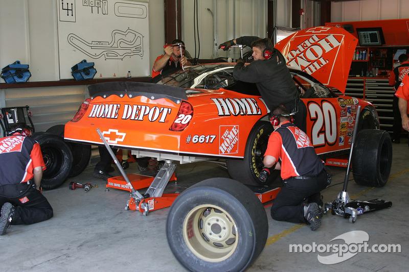 L'équipe travaillant sur la voiture de Tony Stewart