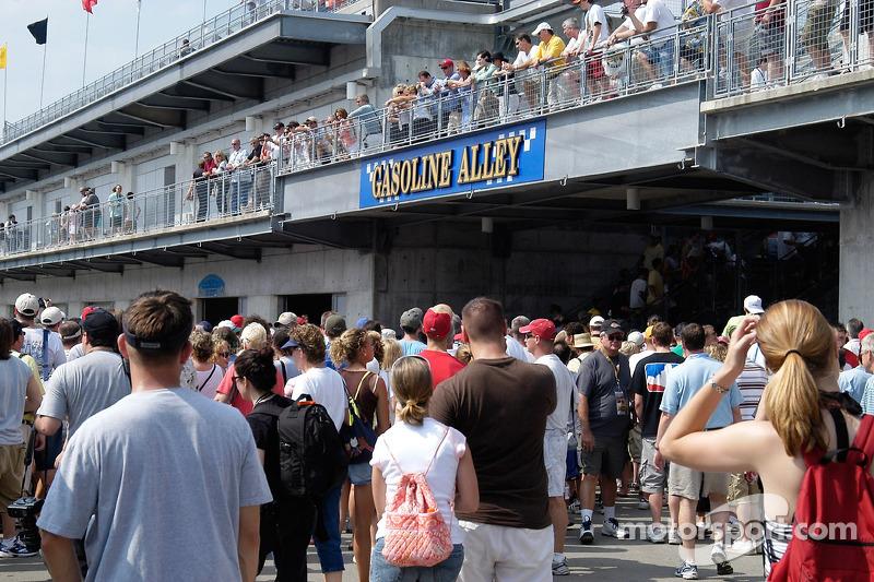 Des fans se pressent vers Gasoline Alley, cherchant des voitures et des pilotes
