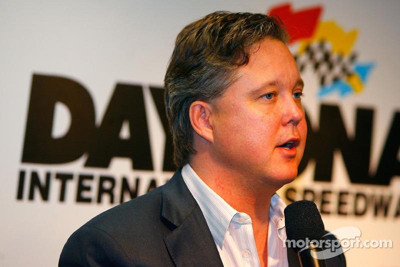Brian France, président directeur général de NASCAR, parle aux médias