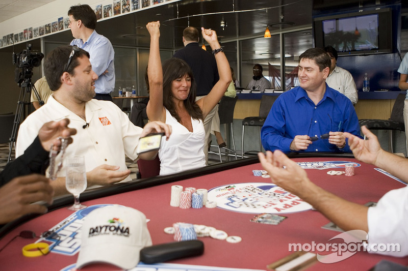 Tony Stewart paid a visit to Daytona International Speedway to play poker et publicize the Pepsi 400, while Holly Cain of the Seattle Post-Intelligencer celebrates her winning strategy