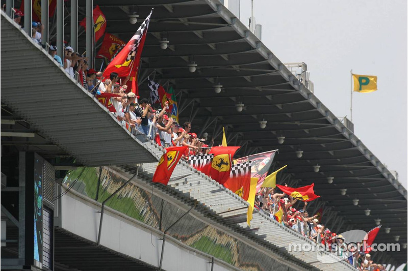 Les supporters fêtent la pole position de Michael Schumacher