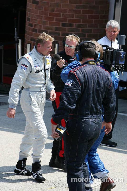 Mika Hakkinen retourne au stand après une sortie de piste