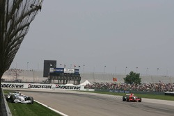 Christijan Albers drives past the car of Jacques Villeneuve