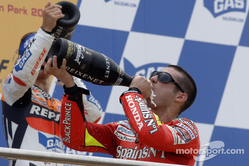 Podium: champagne pour Dani Pedrosa et Marco Melandri