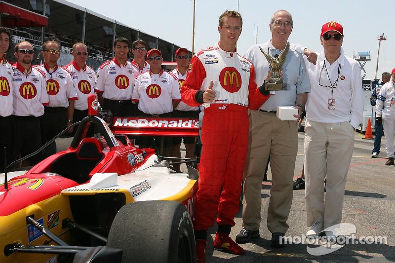Sébastien Bourdais accepte le trophée 'Pilote de l'Année'