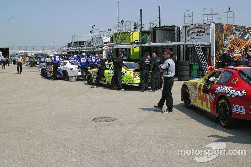 Des équipes attendent l'inspection technique