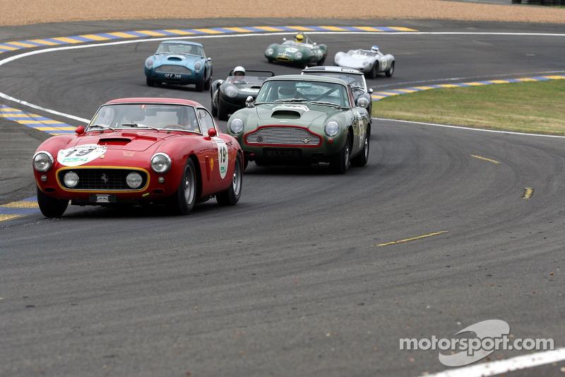 La #19 Ferrari 250 GT Berlinetta 1960 devance un gros groupe