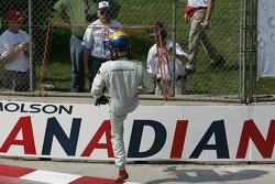 Steve Ott sort de la course