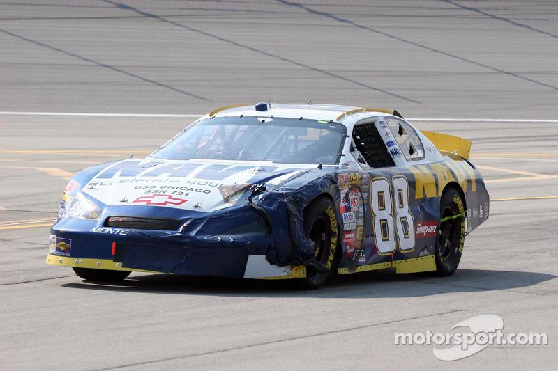 La voiture de Martin Truex Jr. montre des dommages de la course