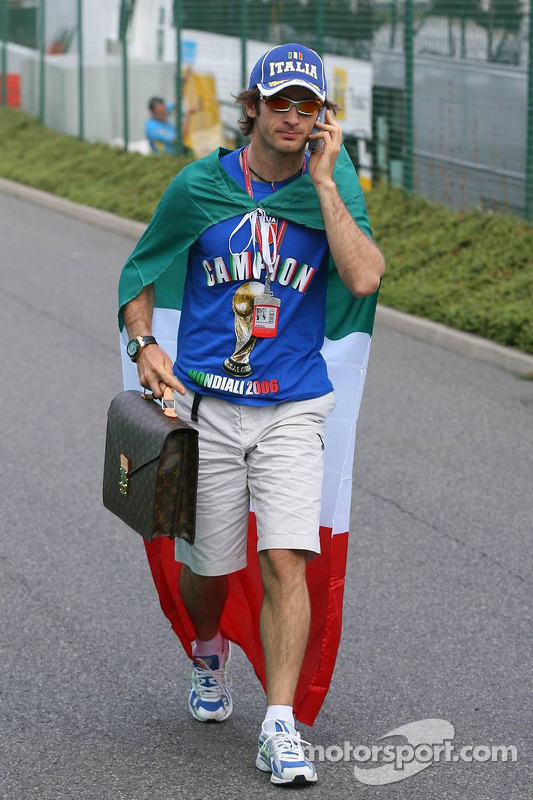 Jarno Trulli célèbre la victoire de l'Italie à la Coupe du monde