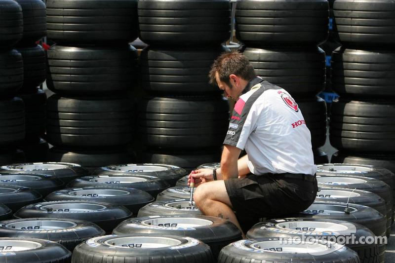 L'ingénieur de Honda Racing préparant les pneus