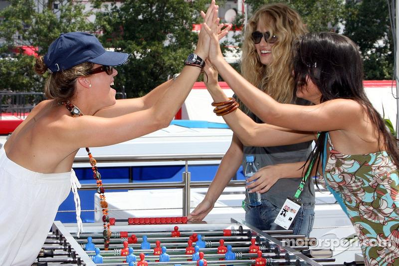 Des jeunes femmes de la Formule 1 jouent au baby foot