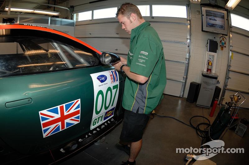 Un technicien de l'Aston Martin Racing au travail