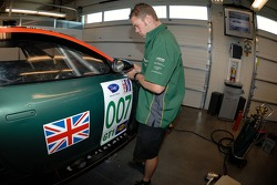 Un technicien de l'Aston Martin Racing au travail