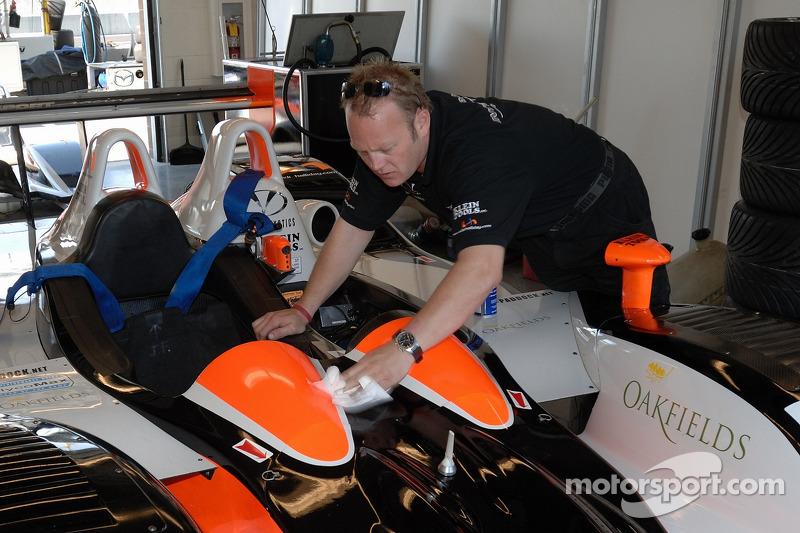 Un technicien d'Intersport Racing au travail
